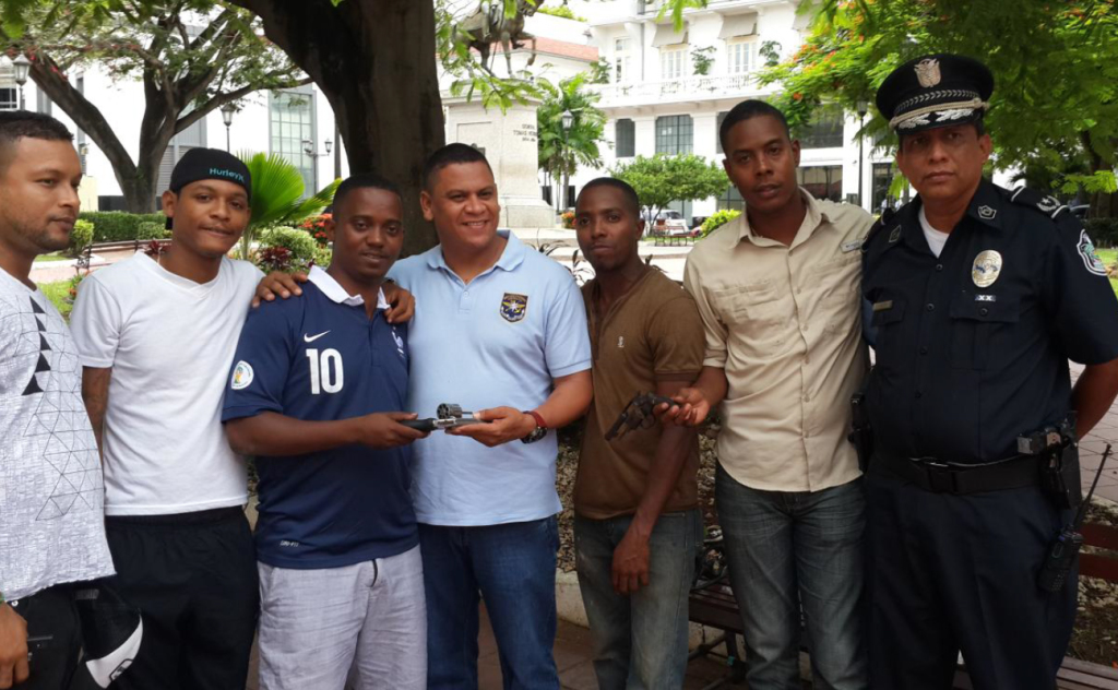 Miembros de Fortaleza canjeando armas por una nueva realidad